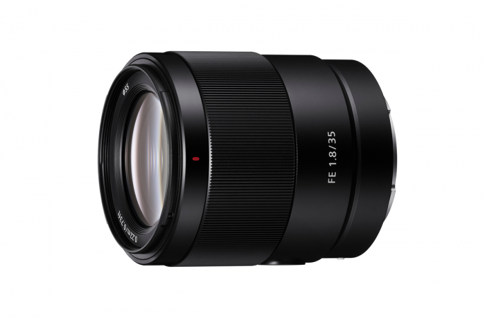 圖 1-體積輕巧、重量僅 280-公克的-Sony-FE-35mm-F1.8-為便攜性訂立全新指標;且擁有進階設計光學結構,從中心至邊角皆清晰銳利的影像品質。.png @3C 達人廖阿輝
