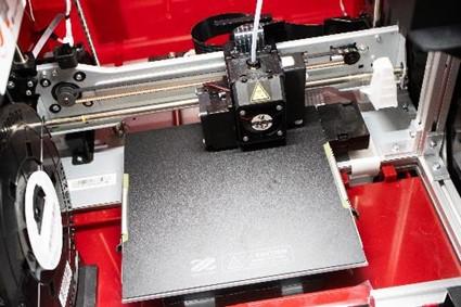 多功能3D列印機-da Vinci Jr. Pro X+,內建9點偵測式校正功能,輕觸按鈕後列印頭與平台的距離將自動調整,呈現更完美的列印品質
