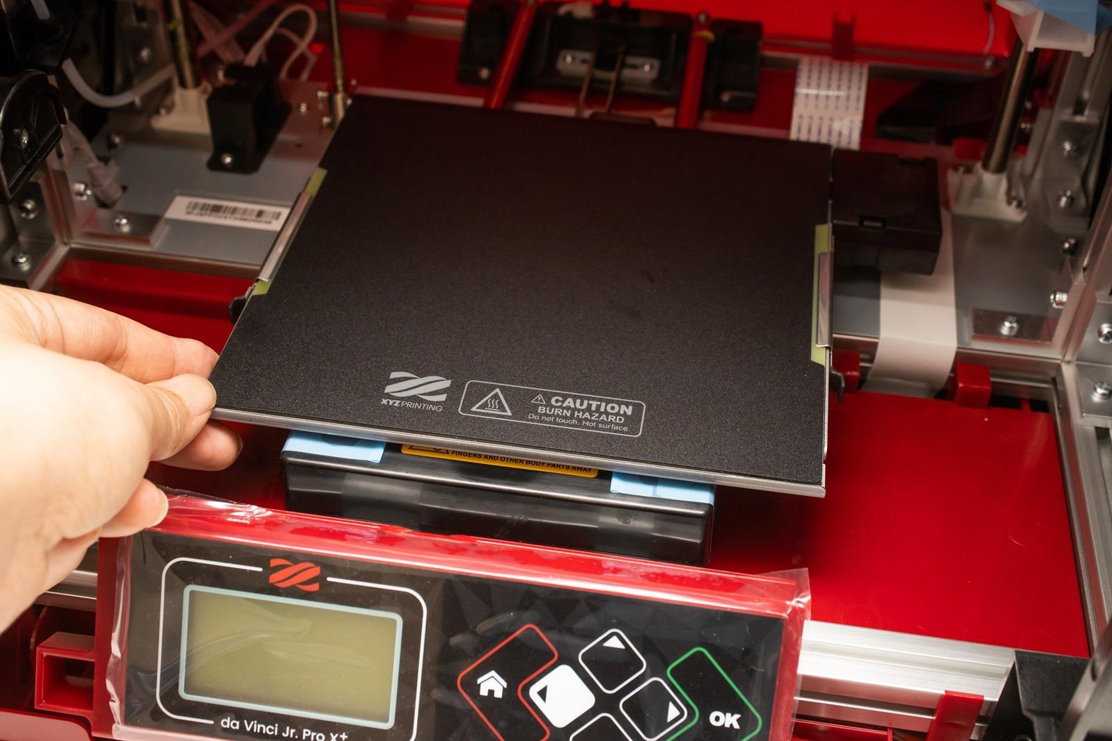 多功能3D列印機-da Vinci Jr. Pro X+,加熱式列印平台可讓列印平板維持在穩定的溫度,有效防止物件發生翹曲