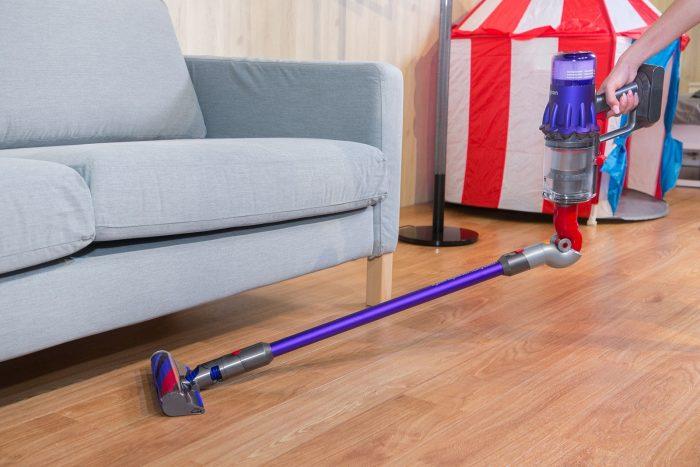 【圖 3】Dyson-Digital-Slim_-輕量無線吸塵器搭配各式吸頭配件,可深入傢俱底部、床底以及各種難以觸及的空間,有效提升清潔效率。_thumb.jpg @3C 達人廖阿輝