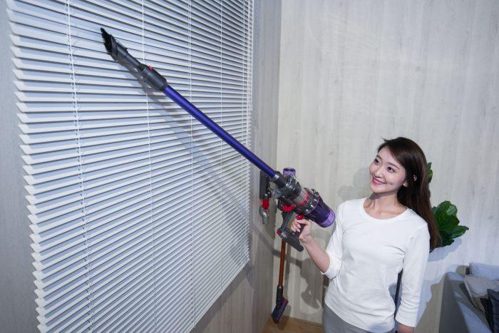 【圖 6】台灣家庭常見的百葉窗葉片則可透過-Dyson-二合一組合吸頭輕鬆解決難以清潔的塵垢。.jpg @3C 達人廖阿輝