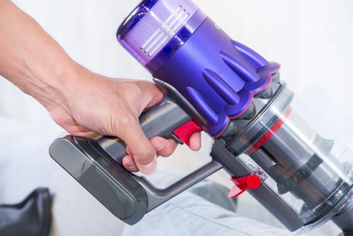 【圖 7】Dyson-根據人體工程學重新設計全新-Digital-Slim_-輕量無線吸塵器按鍵,其曲面弧度更貼合手指形狀,且縮短手柄直徑,讓用戶體驗更舒適的觸感。.jpg @3C 達人廖阿輝