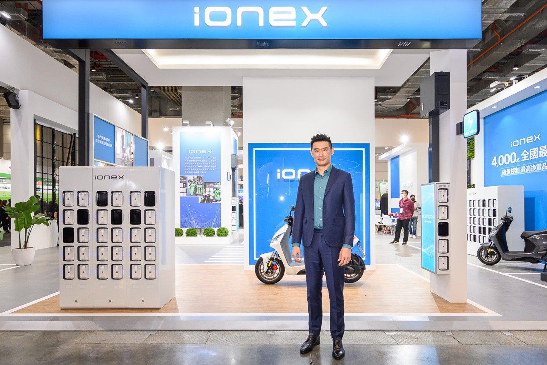 2021 智慧城市展 IONEX 3.0 擘劃智慧城市未來藍圖 市長陳其邁率團參觀體驗 KYMCO 柯勝峯董座相迎 高雄捷運 Ionex ATR 電動二輪車自助租賃 今年五月正式營運 @3C 達人廖阿輝