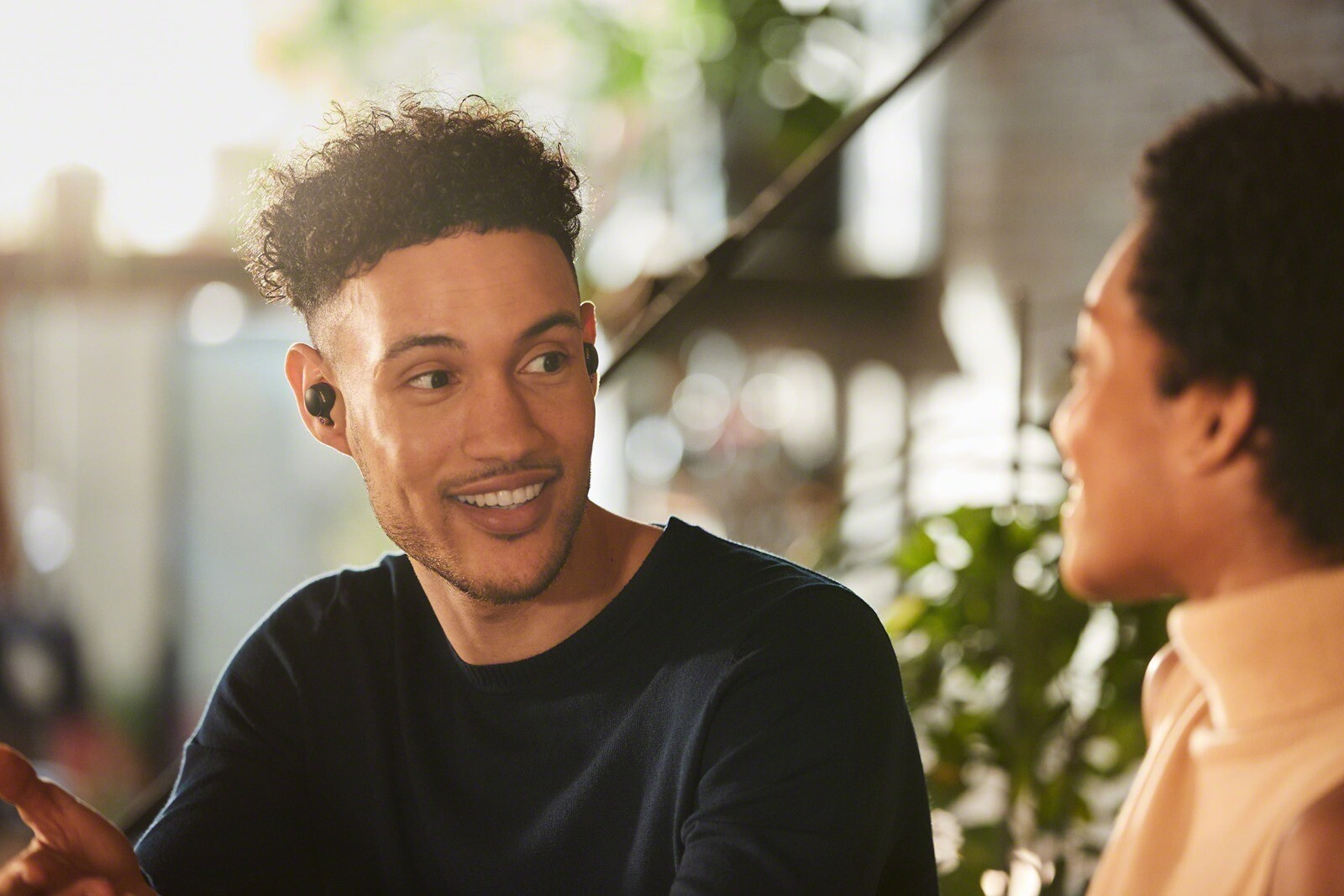 圖-4-WF-1000XM4 支援 Speak-to-Chat 快速聊天模式,只要使用者開口說話時,內建麥克風則會即刻辨識、自動暫停播放音樂並接收環境聲音方便交談_thumb.jpg @3C 達人廖阿輝